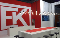Large Format Display auf Messestand in Hannover 2014 in Messewand integriert