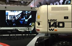 Wandmontage 3x3 Stegloswand aus Splittmonitoren auf der Industrie-Messe Intermat 2015 in Paris