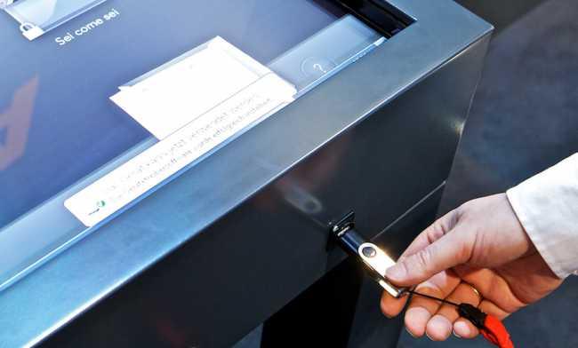 USB Anschluss am Touch Screen Touchtable interaktiver Tisch mieten 46 Zoll